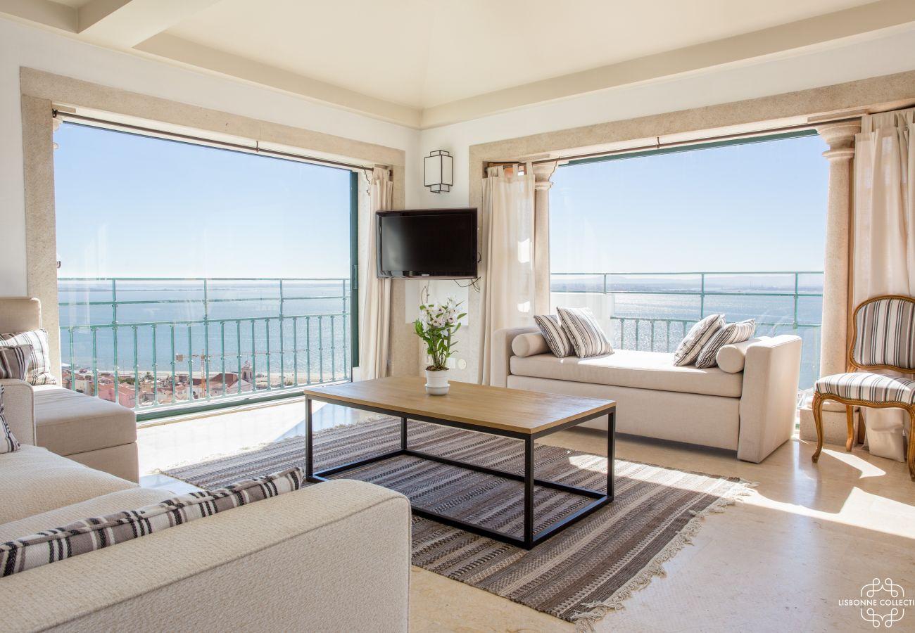 Salon cosy avec vue 360° sur le Tage. Balcon avec grande porte-fenêtre sur le penthouse