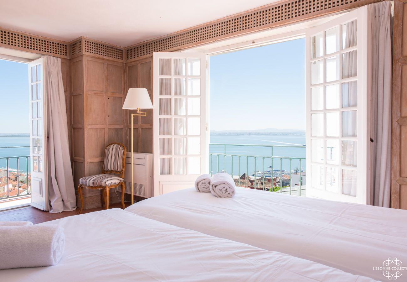 Grand chambre pour deux personnes avec balcon avec vue sur le Tage