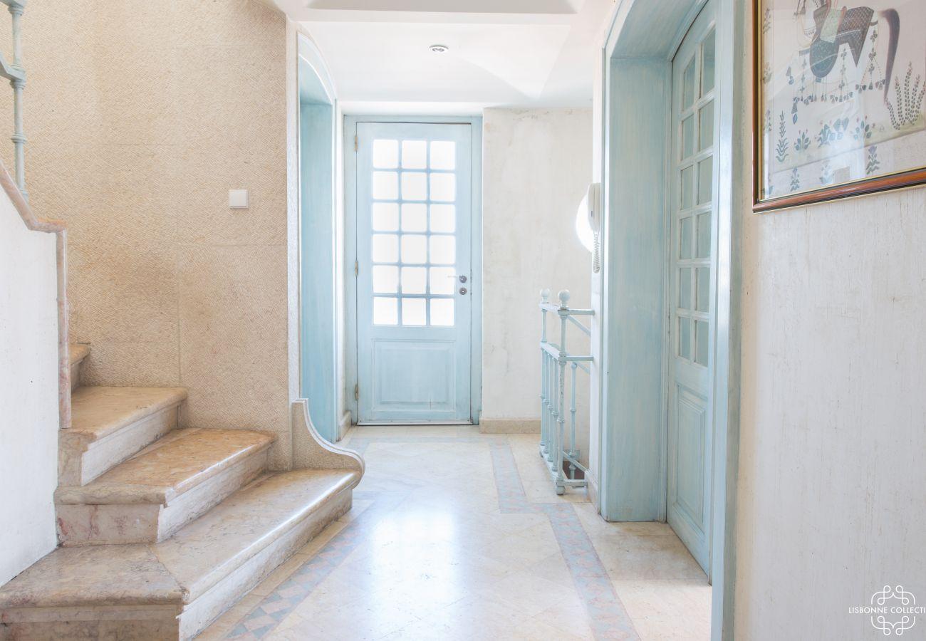 Hall d'entrée lumineuse avec escalier en pierre pour ce penthouse