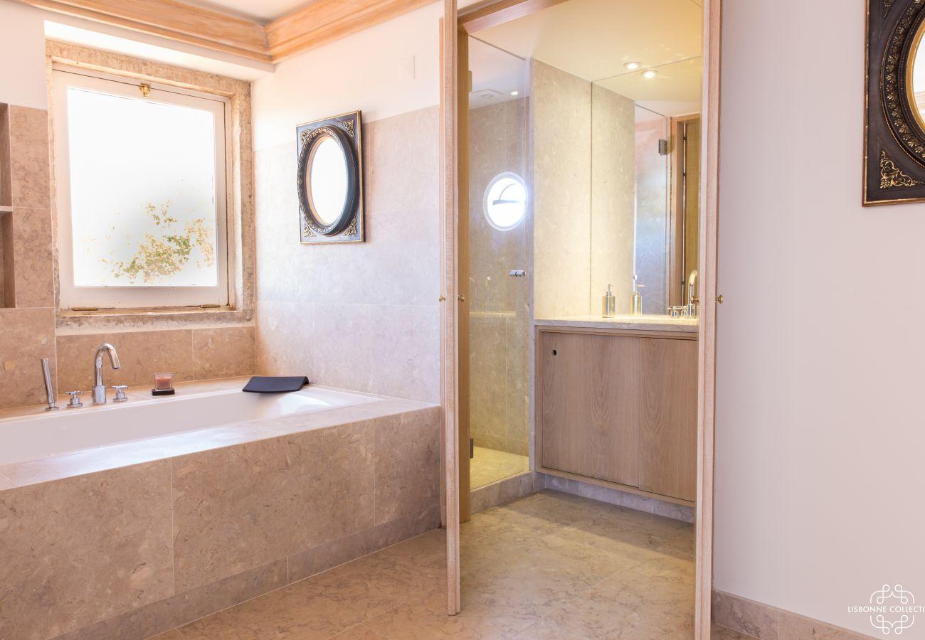 Salle de bain lumineuse avec baignoire en pierre et fenêtre