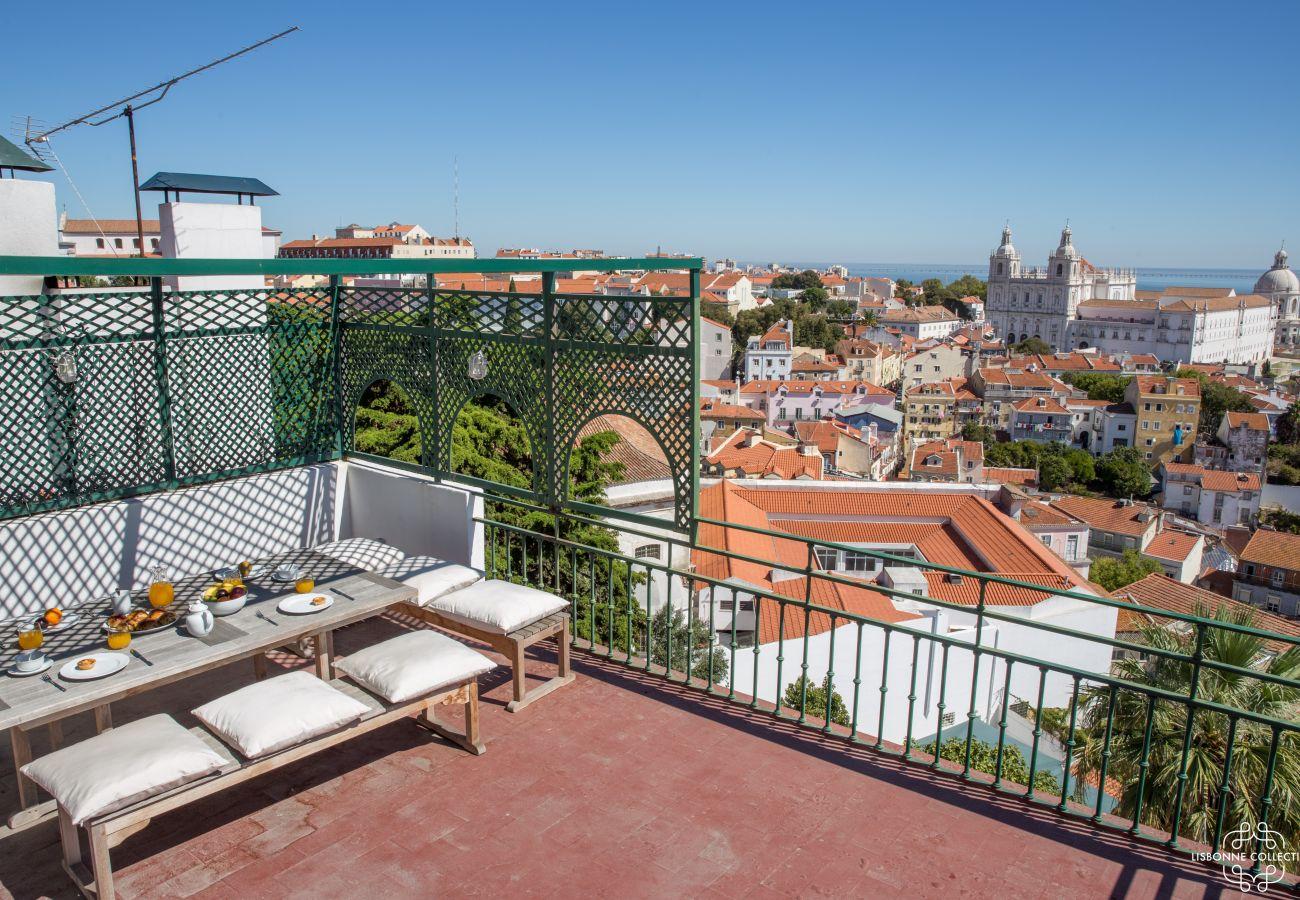 Terrasse traditionnelle portugaise avec vue sur le Tage
