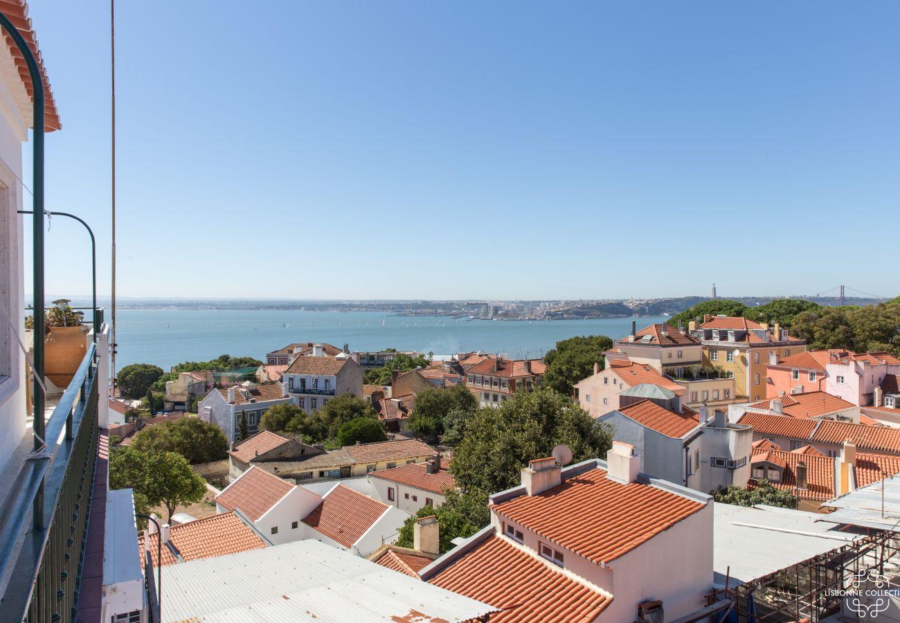 Grand balcon avec vue sur le Tage et sur le château Sao George pour ce penthouse