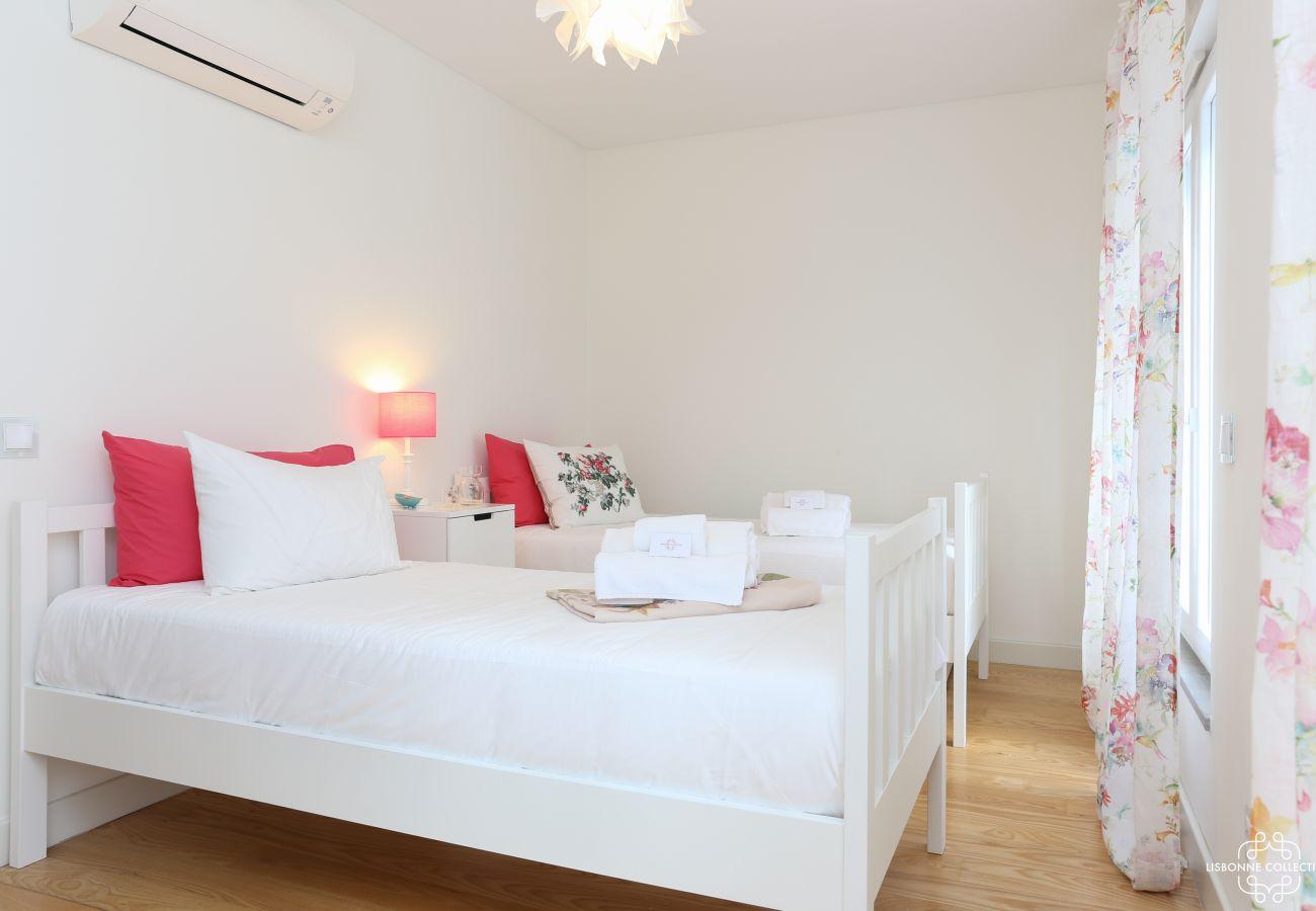 Chambre de luxe avec deux lit simple et accès au balcon