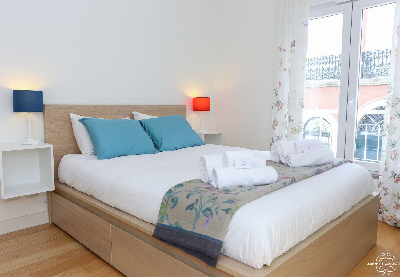 Chambre luxueuse et lumineuse pour adulte avec lit double et accès balcon