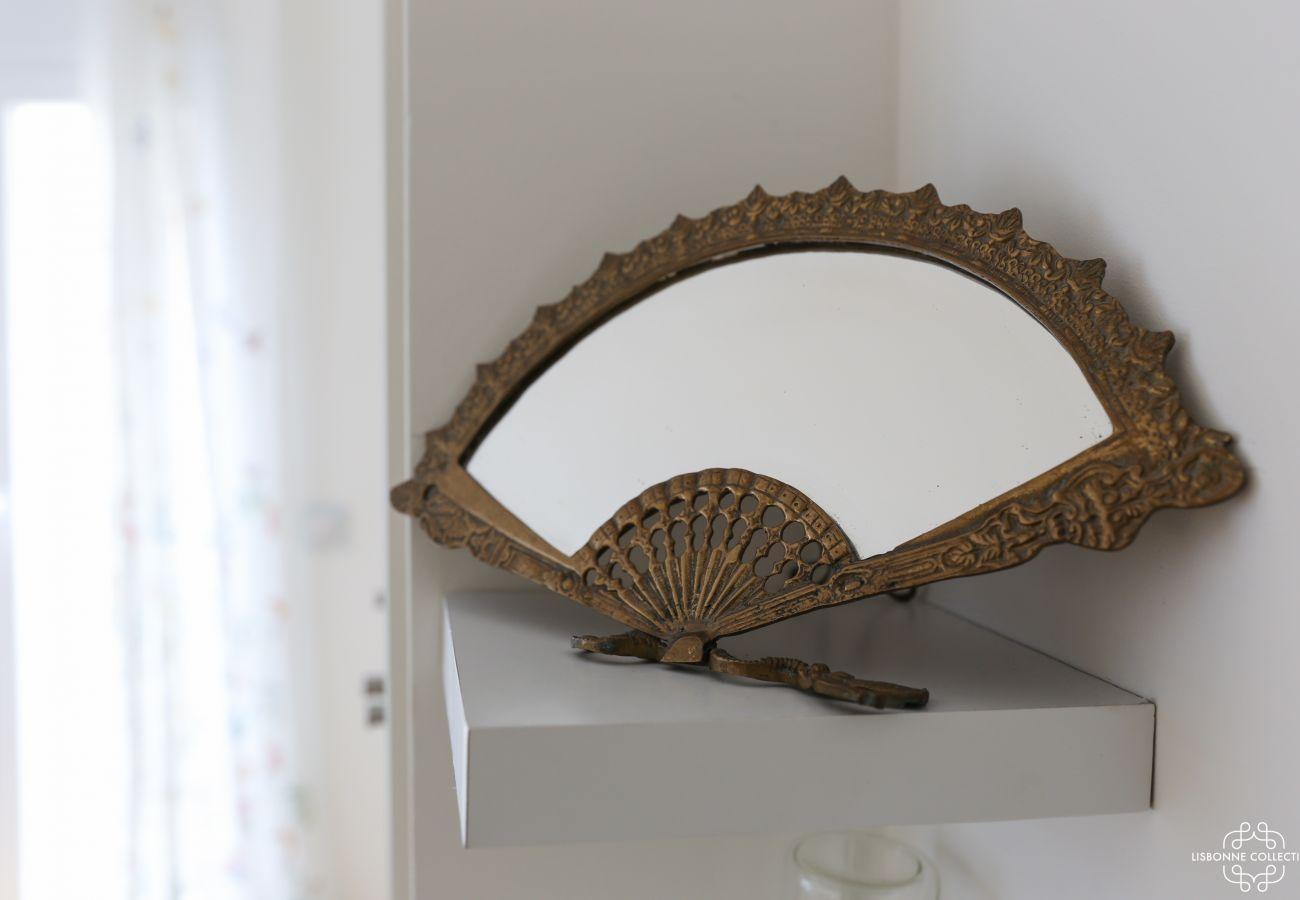 Décoration éventail métallique en miroir incrusté sur étagère