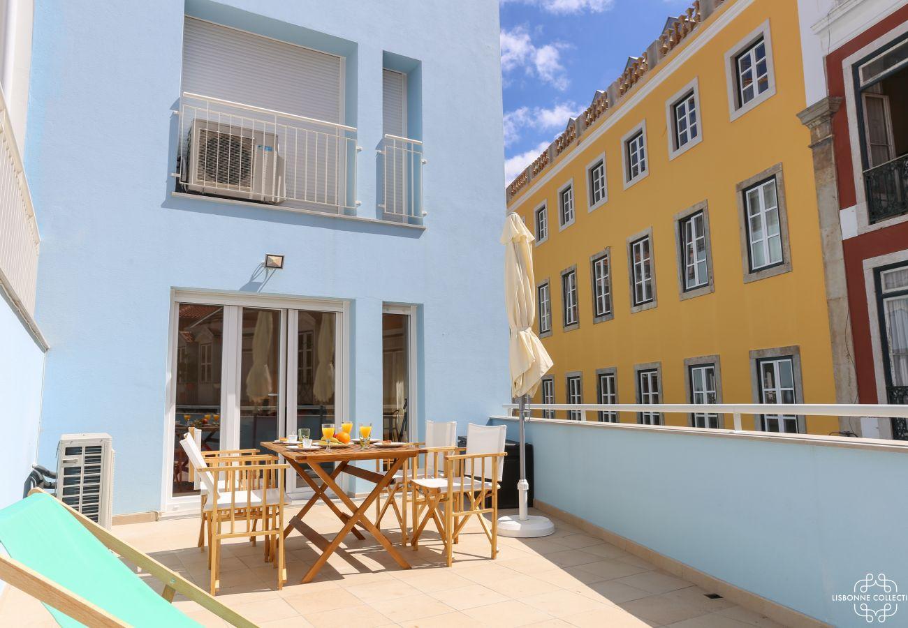 Grande terrasse colorée et aménagée en plein centre de Lisbonne