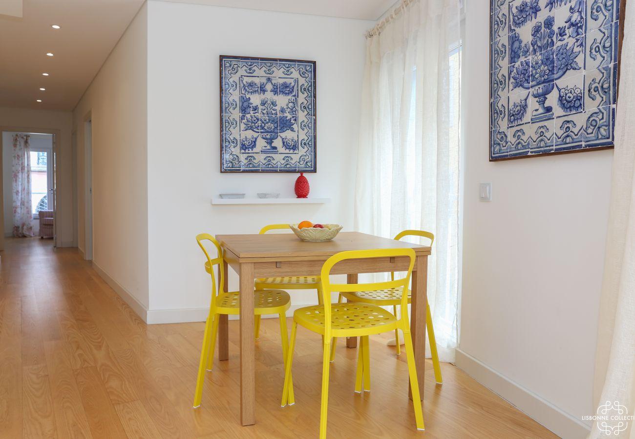 Long couloir partant du séjour avec azulejos aux murs