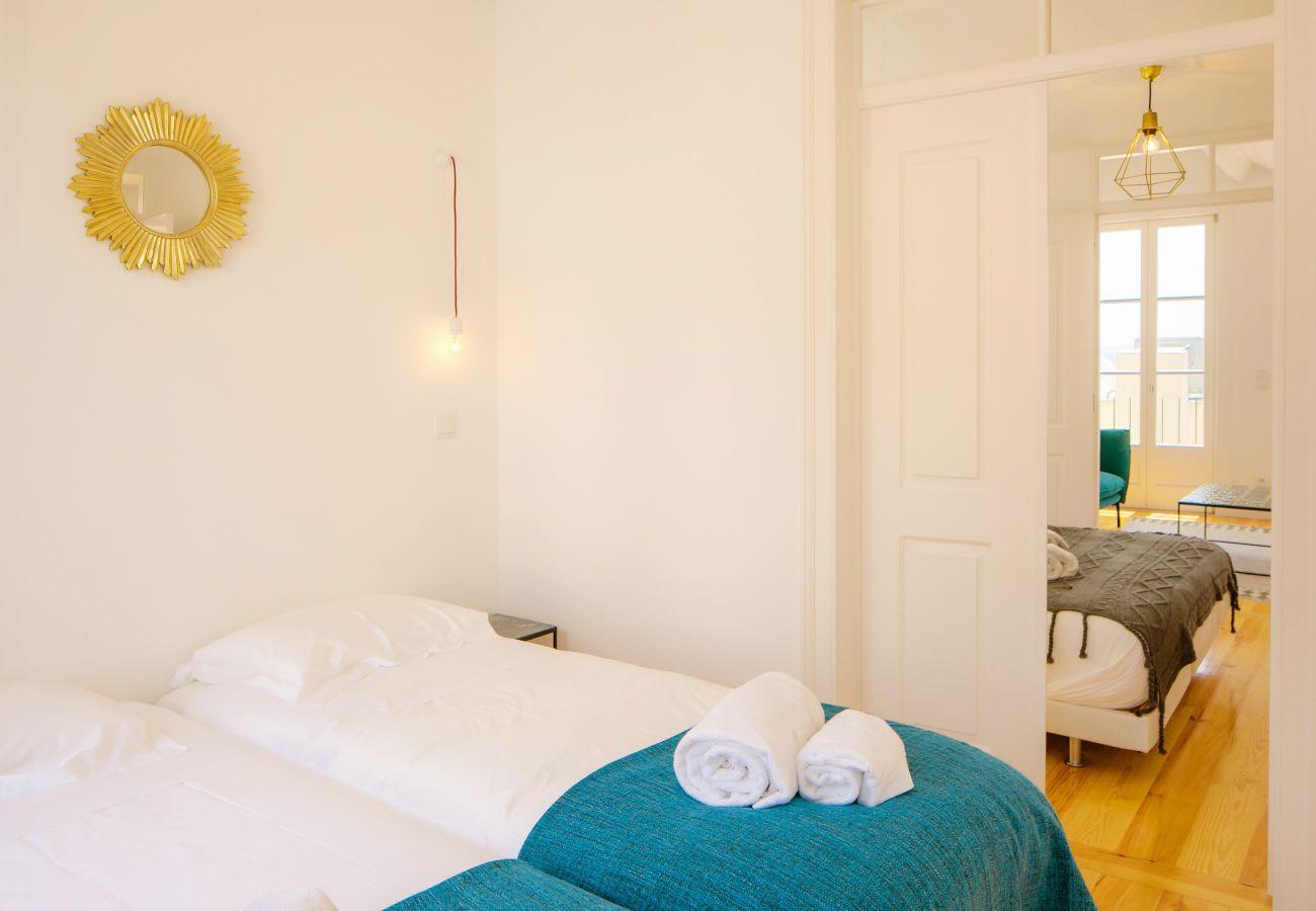 chambre à deux lits simples avec communication sur autre chambre