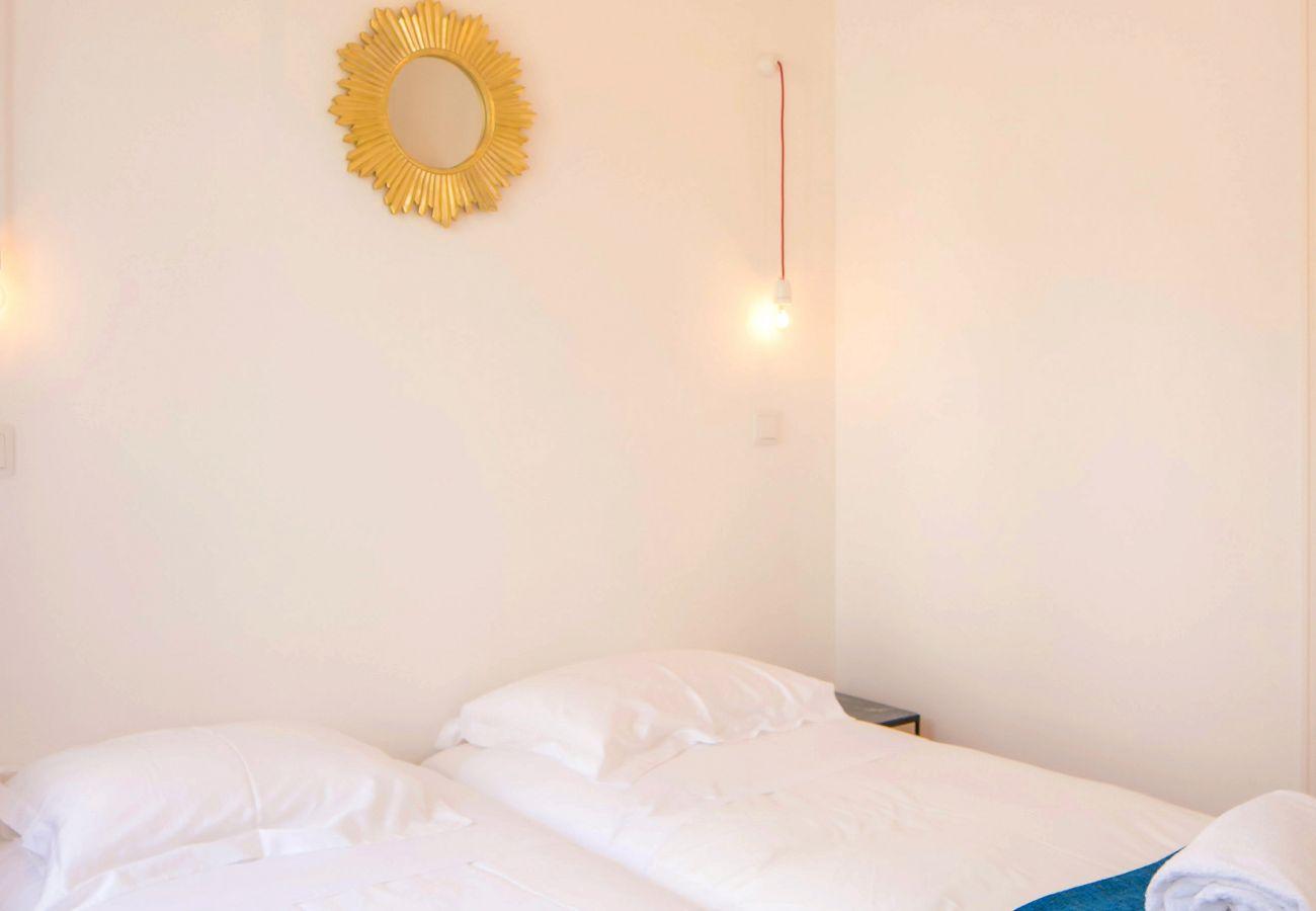 chambre double avec décoration et illumination luxueuse et prestigieuse