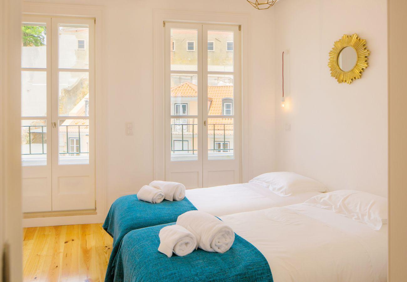 chambre avec deux lits simple contemporaine avec vue sur le centre ville de Lisbonne