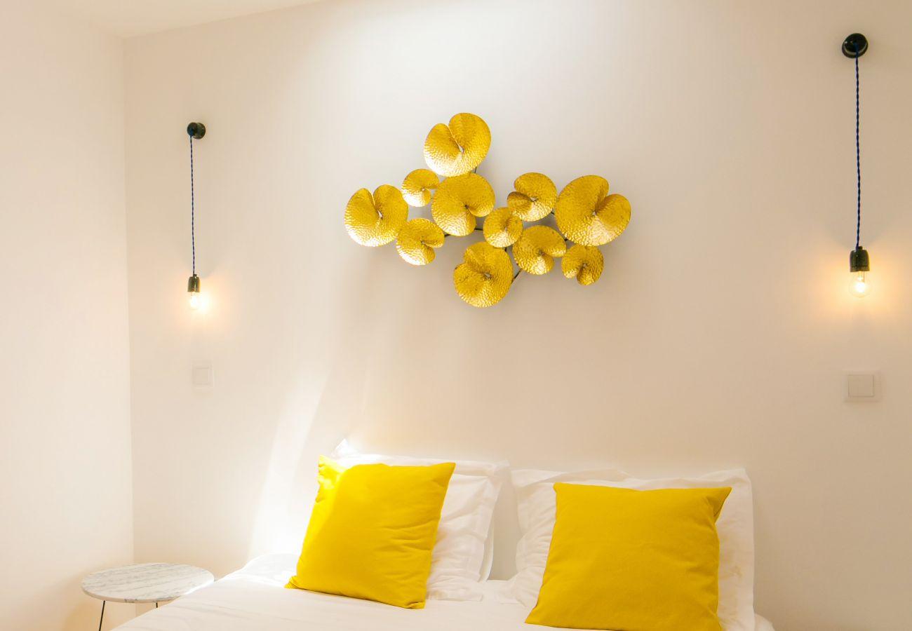 chambre double pour adulte avec décoration murale dans un logement de location