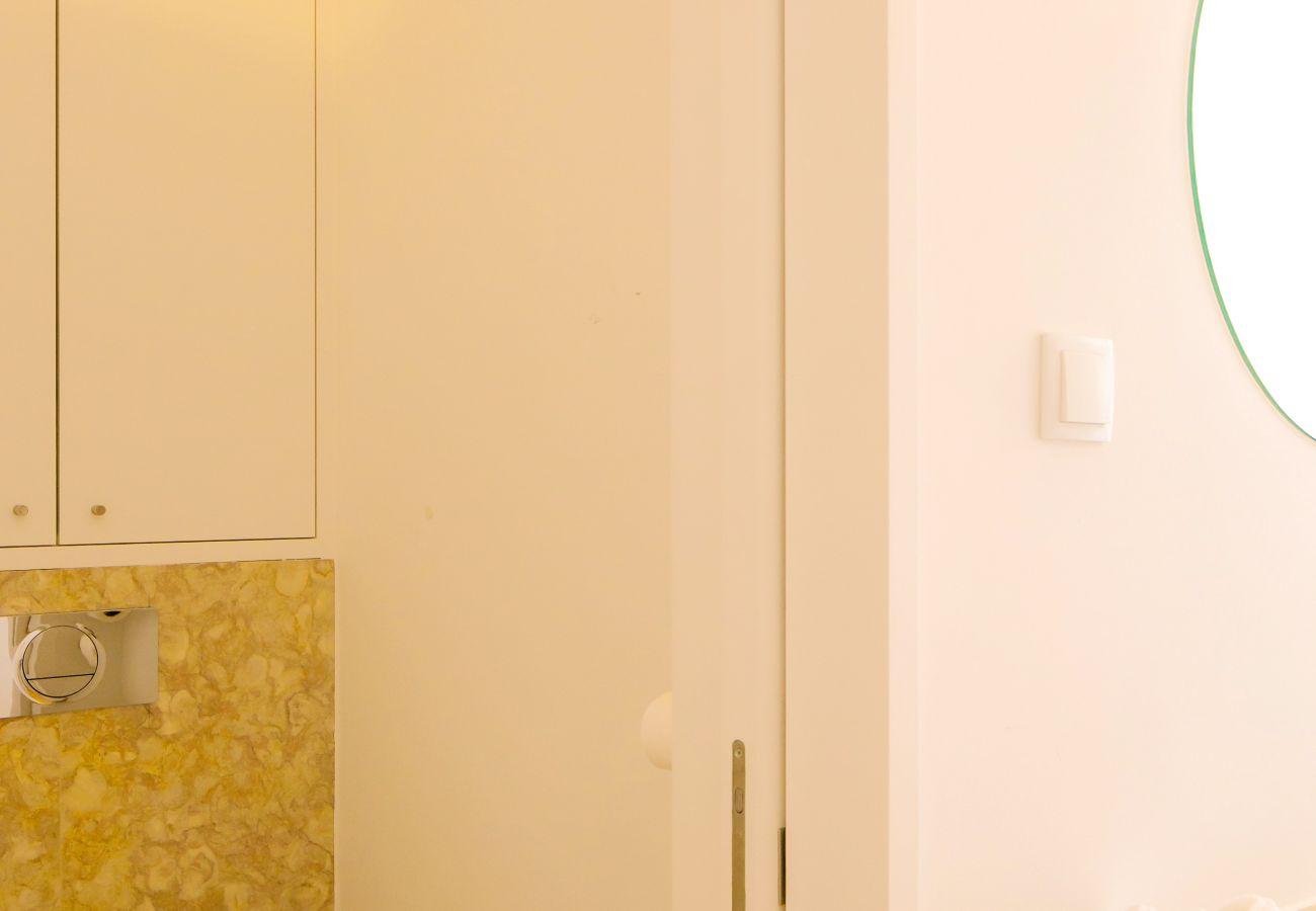 salle de bain moderne et en marbre avec douche en pierre