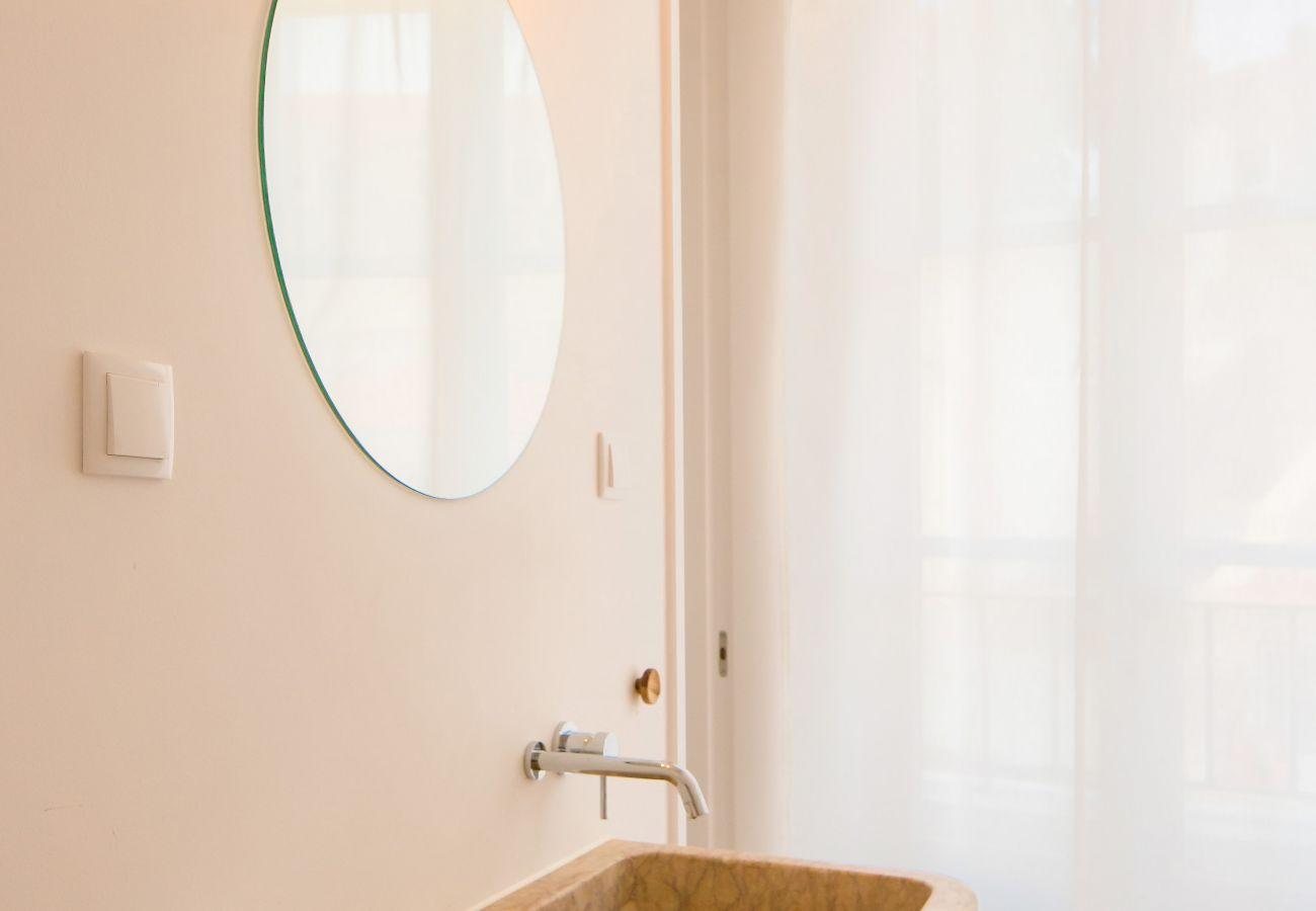 salle de bain en pierre typique a louer au coeur de la ville