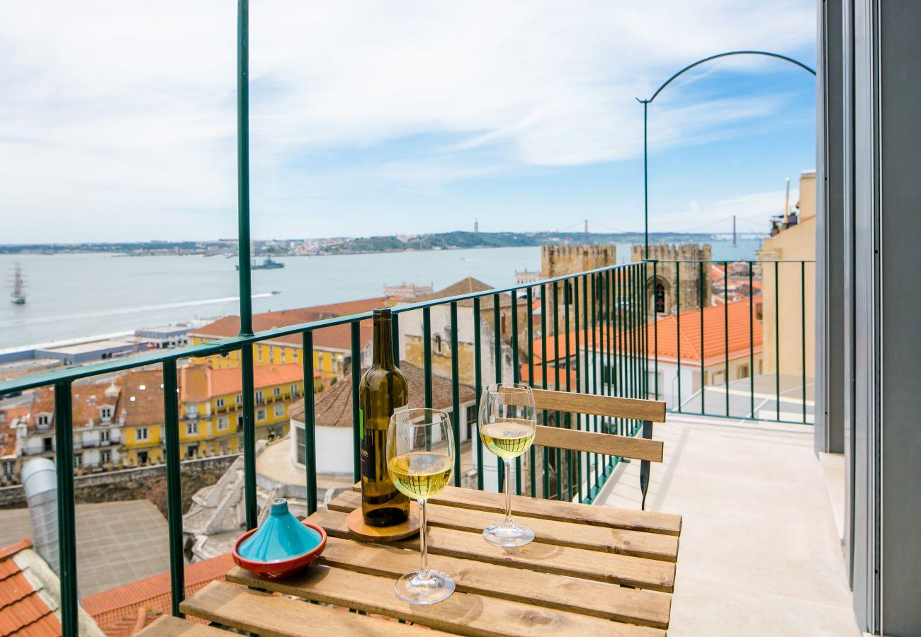 accès extérieur avec un balcon et vue sur le Tage
