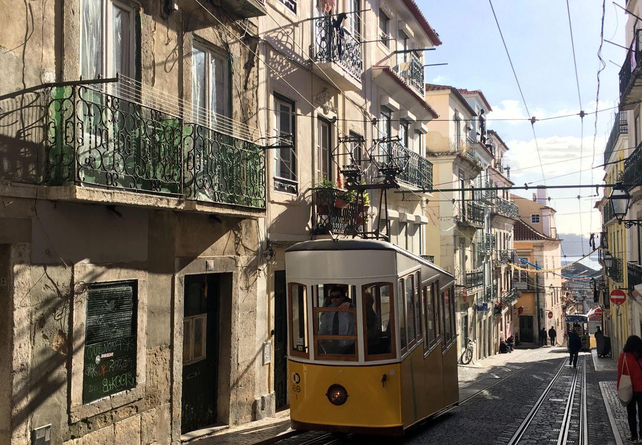 ascenseur de Lisbonne au cœur de la ville dessiné par les ateliers de Gustave Eiffel.
