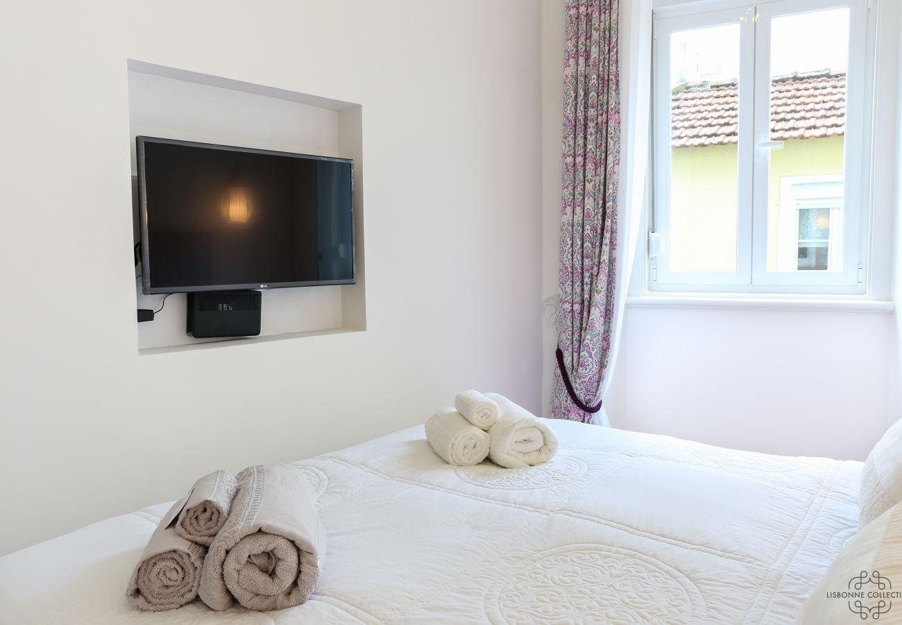 chambre double pour adulte avec télé incrustée dans le mur