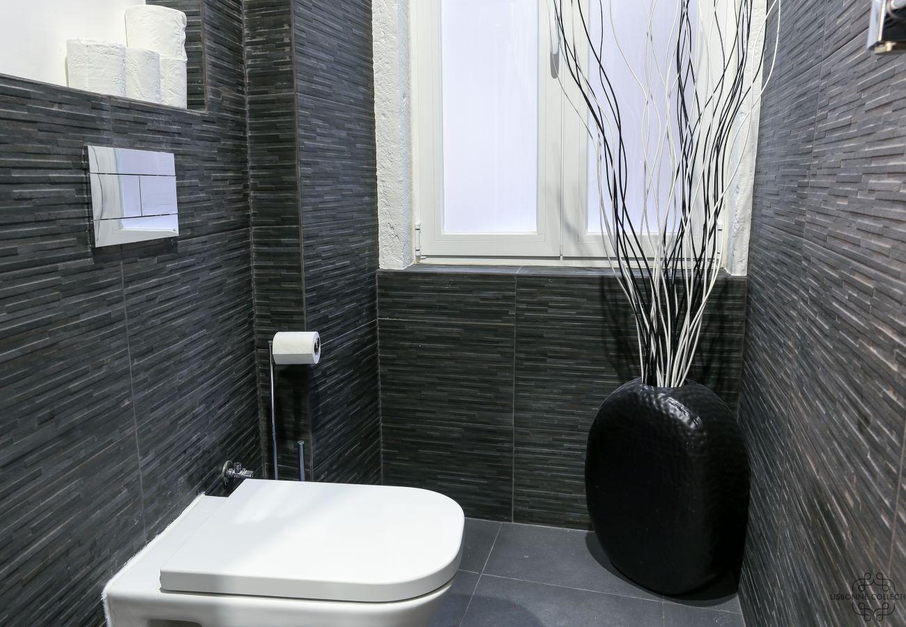 toilettes de luxe avec fenêtre et décoration moderne dans appartement de location