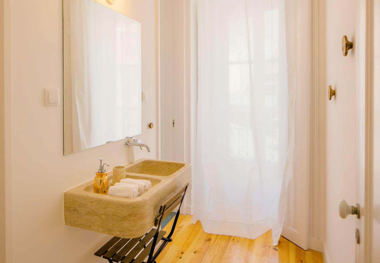 salle de bain en pierre avec douche moderne proche des commerces