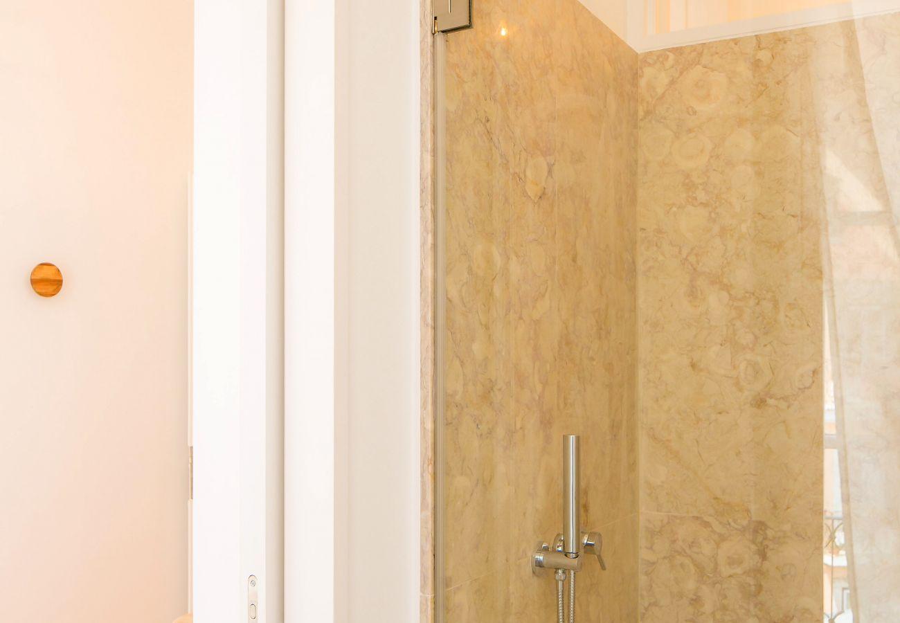salle de bain rustique en pierre luxueuse à la décoration portugaise