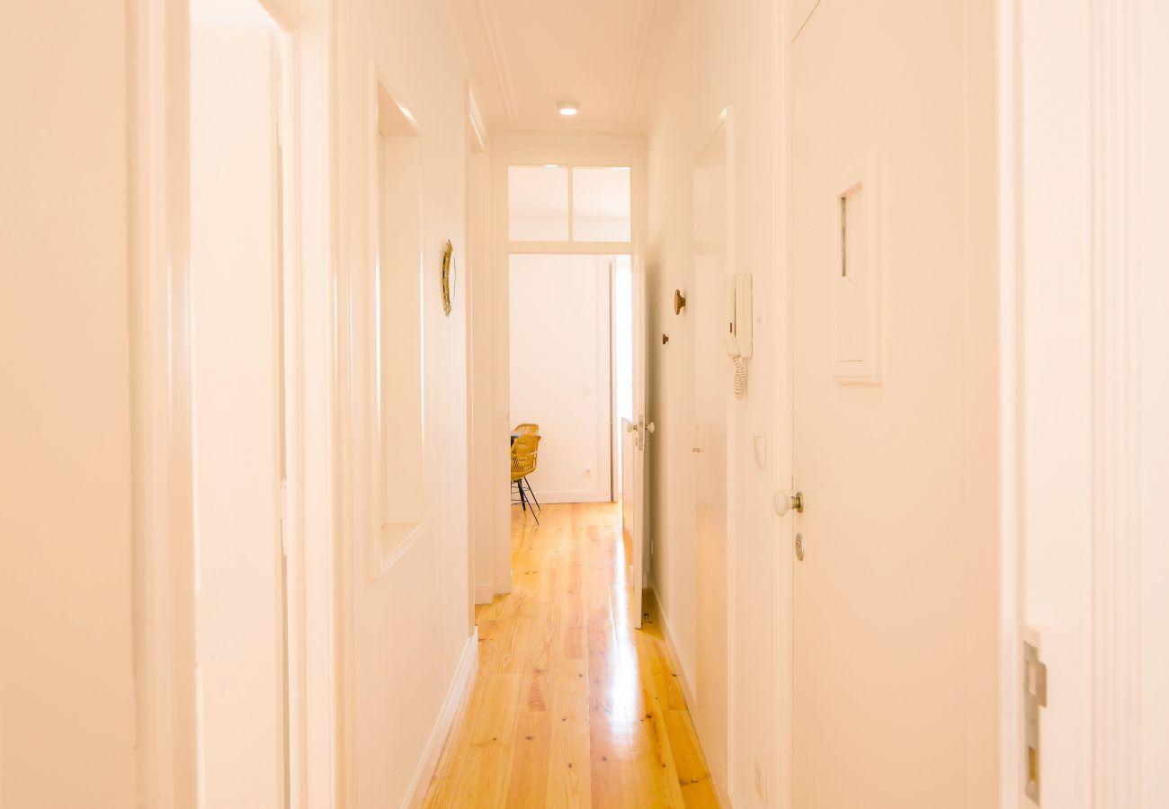 grand couloir de standing au milieu de l'appartement de location
