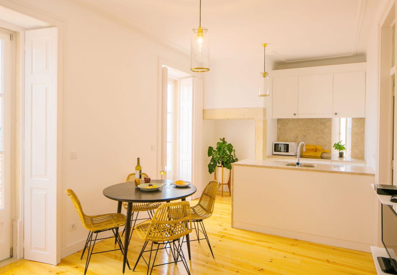 cuisine salle à manger avec un accès extérieur avec vue sur le centre ville