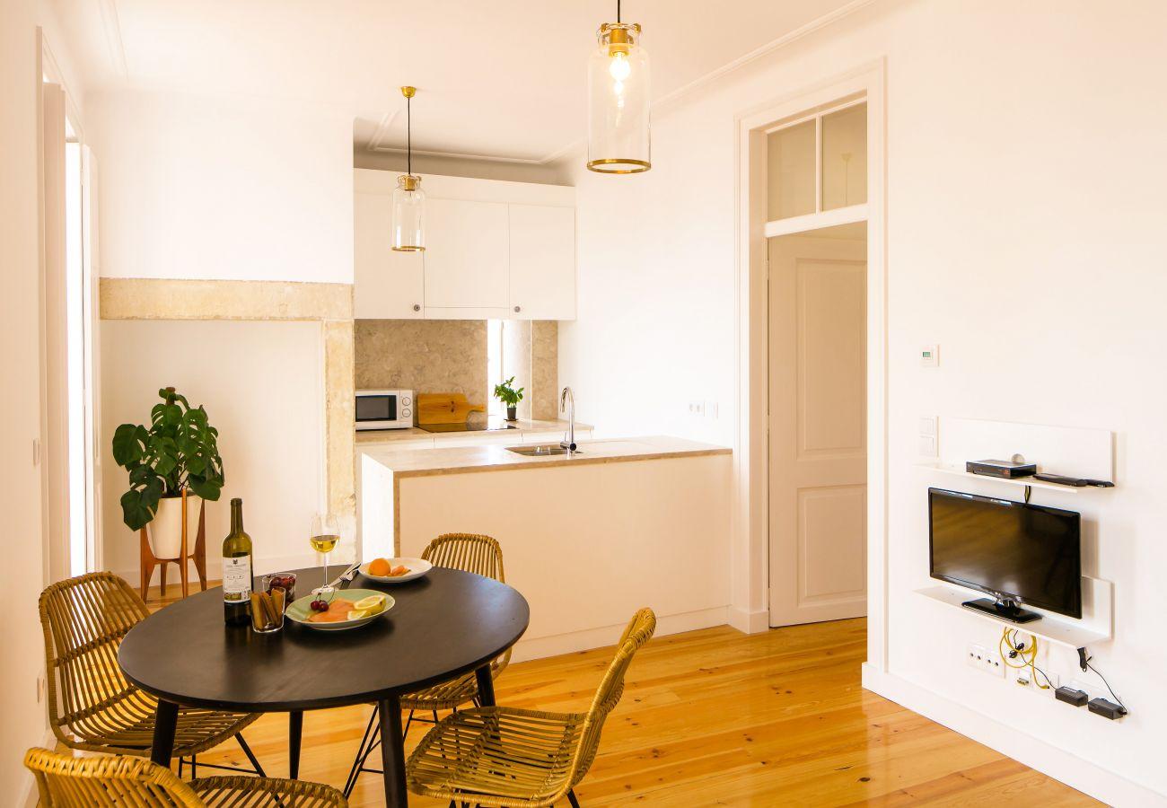 cuisine et salle à manger avec accès au couloir et aux chambres