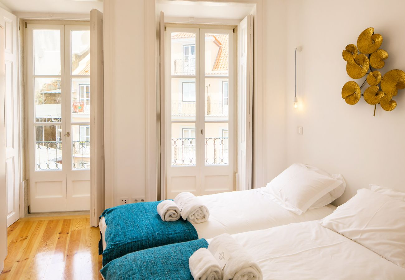 chambre avec accès extérieur grâce à un balcon avec vue sur le Tage