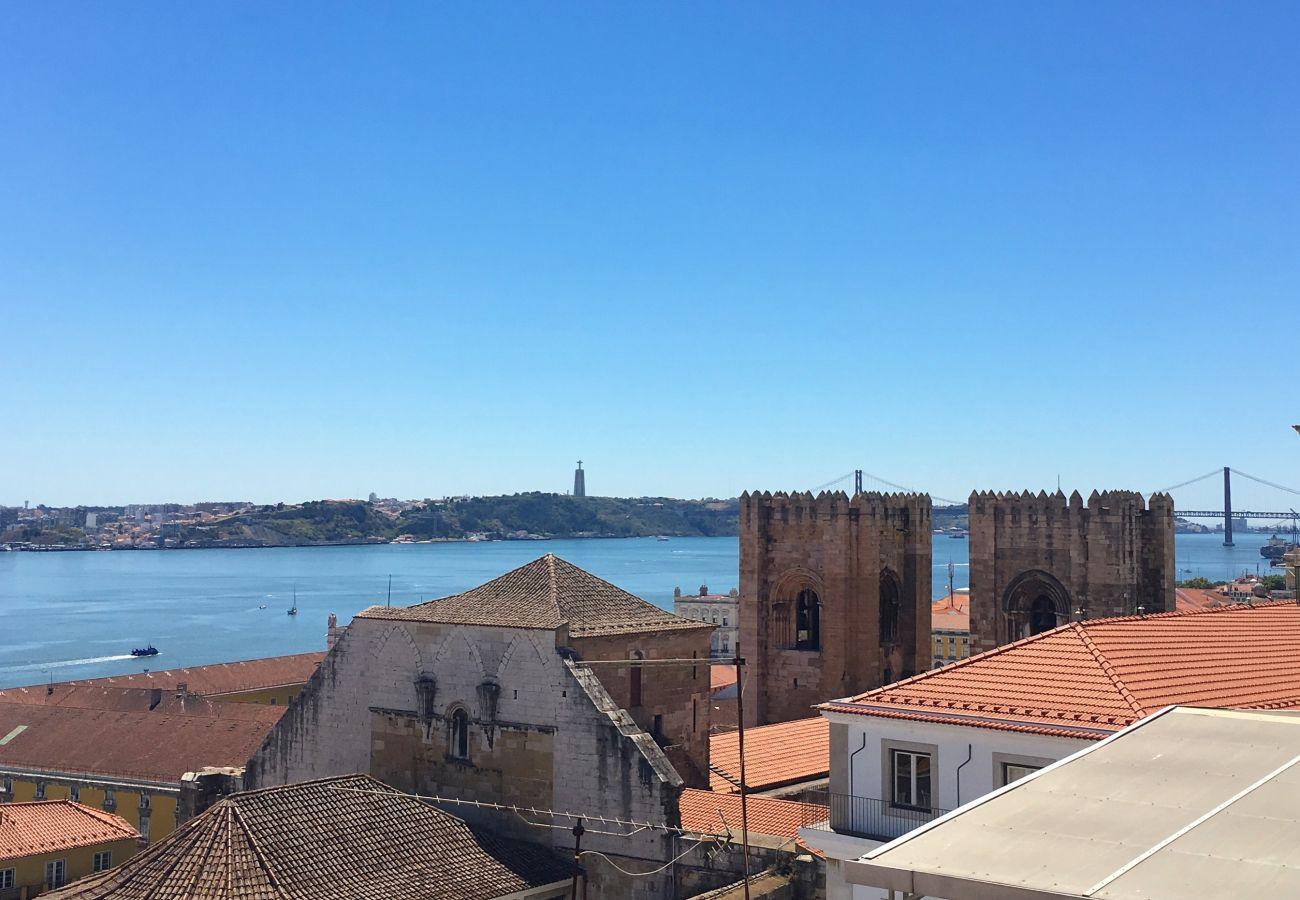 Vue du balcon sur le tage et la cathédrale de Sé