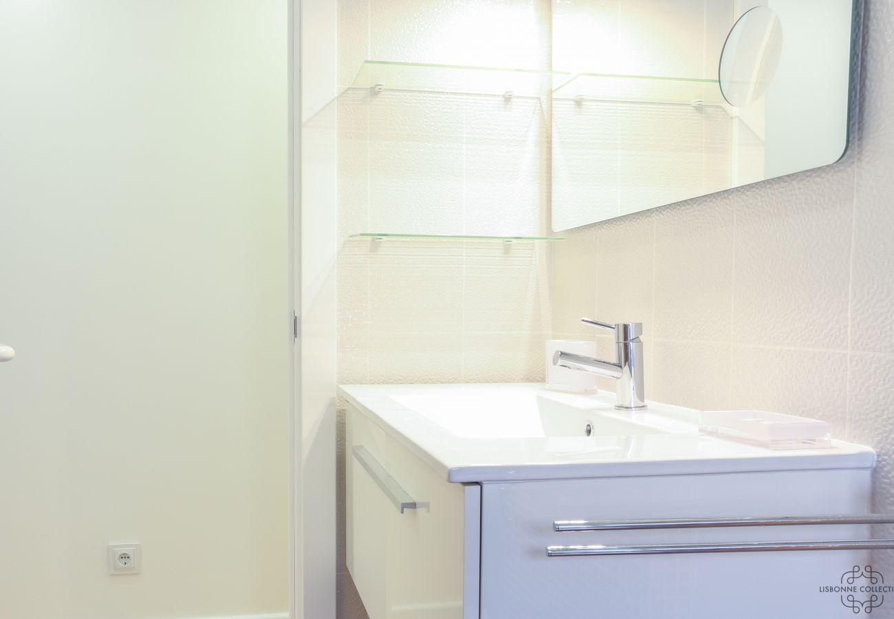 évier dans salle de bain de location au cœur du quartier historique de la ville