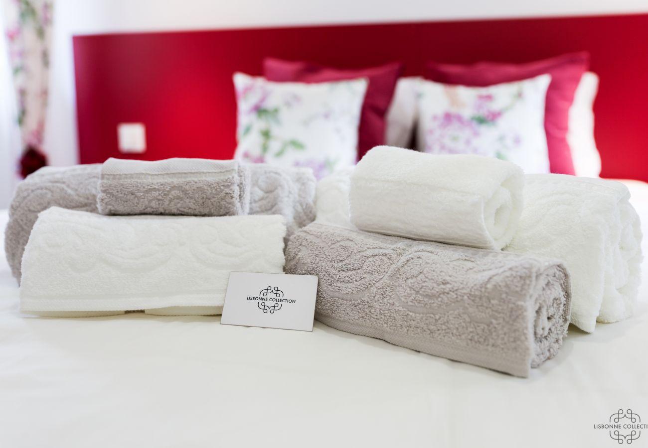 serviette plié sur le lit dans une location pour vacances haut de gamme