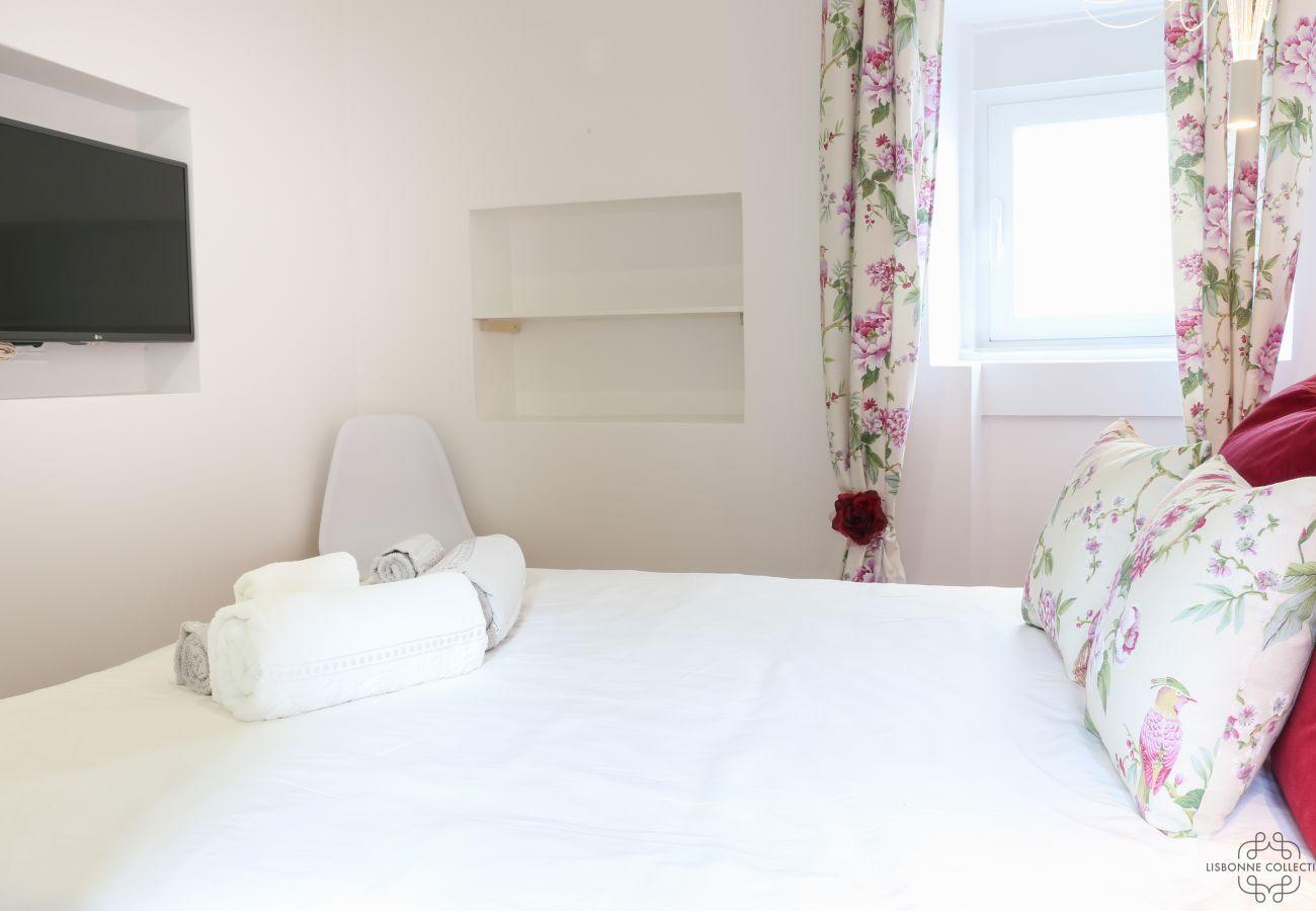 chambre avec lit double pour adulte aux tons épurés et moderne