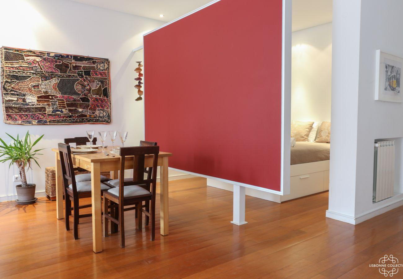Chambre communiquant sur un salon au style contemporain