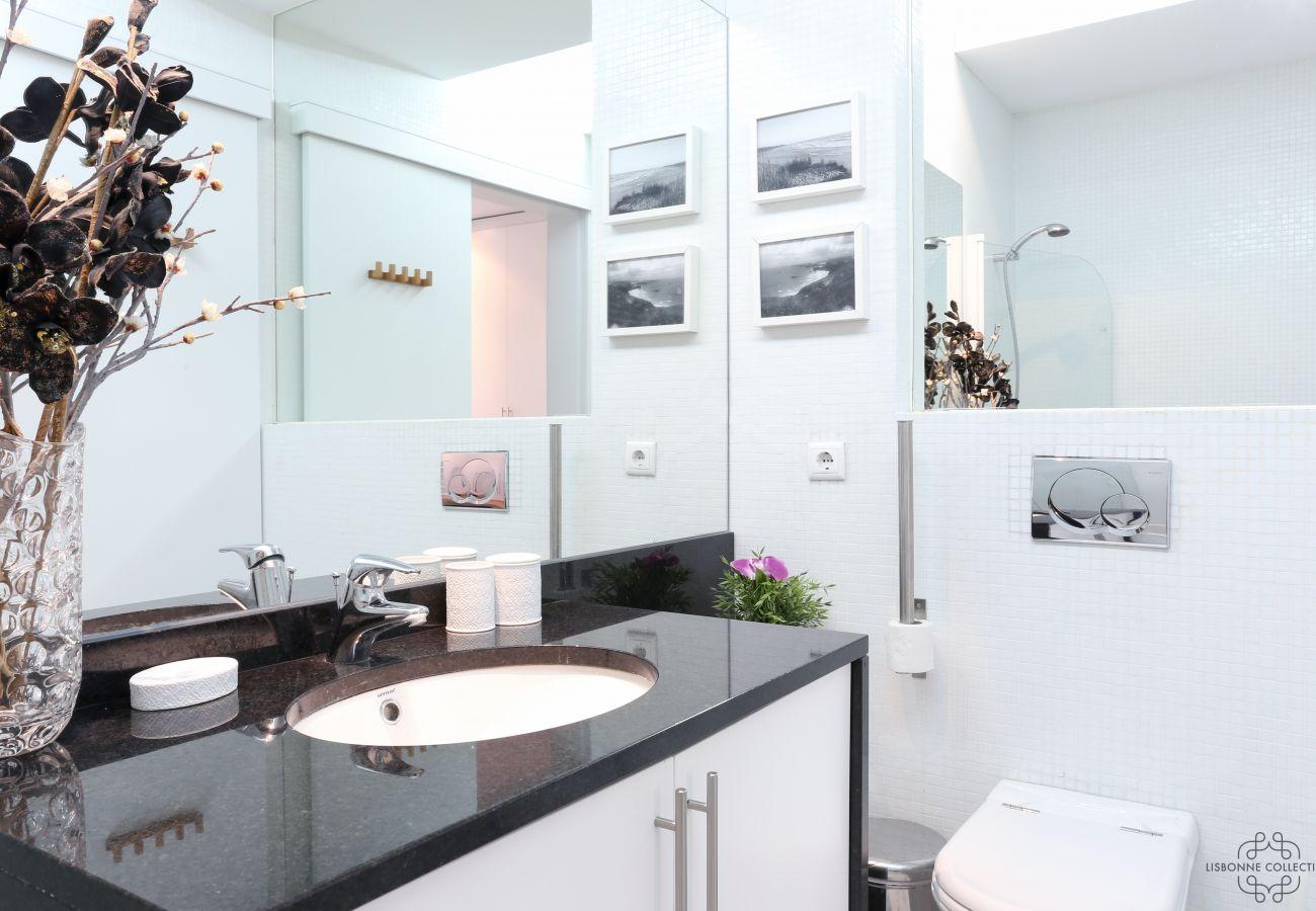 Grande salle de bain spacieuse et lumineuse luxueuse contemporaine