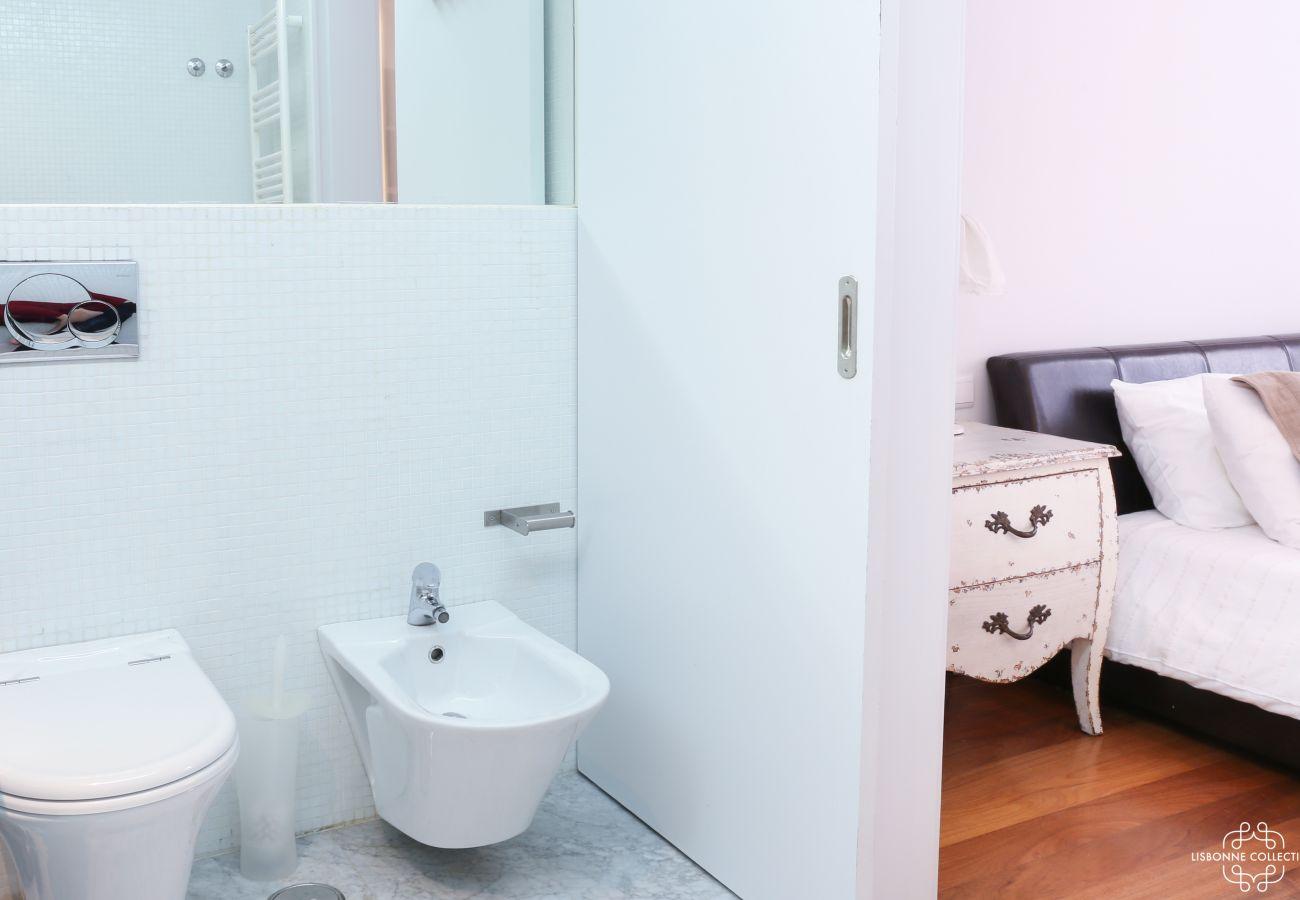 Salle de bain privé donnant sur la chambre principale moderne et fonctionnelle