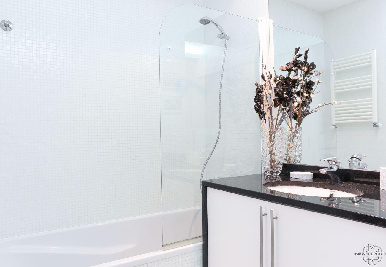 Salle de bain de prestige avec baignoire communiquant avec la chambre