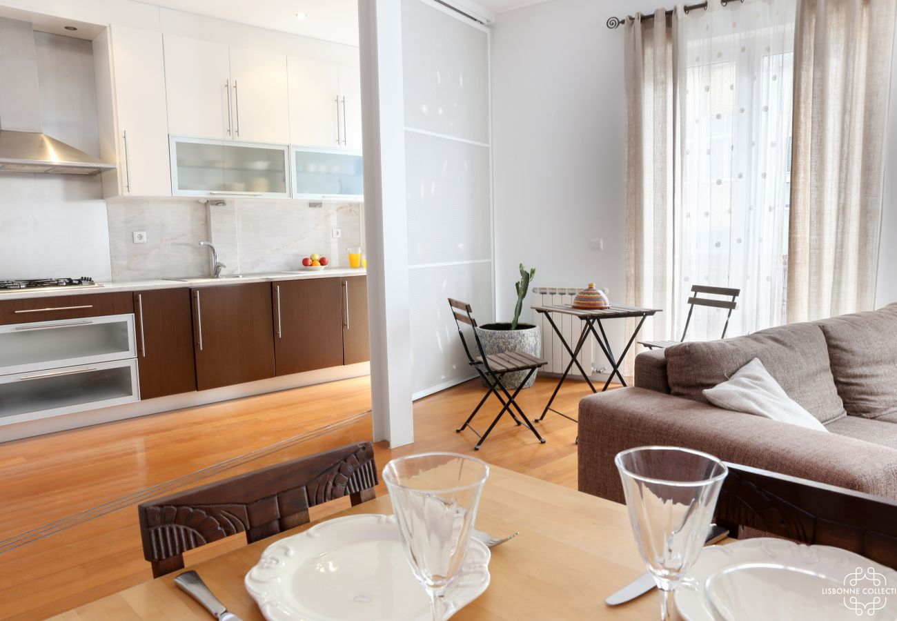 Cuisine ouvrant sur le salon salle à manger avec accès extérieur sur le balcon
