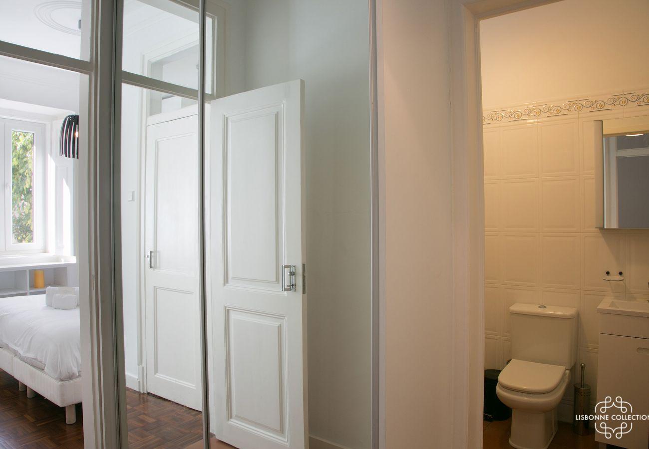 dressing communicant sur une chambre d'adulte sur la salle de bain et le couloir de l'entrée