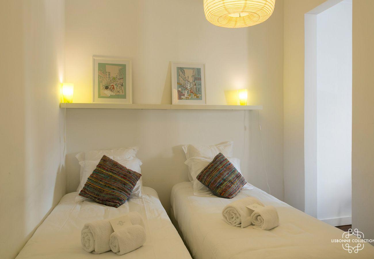 chambre de luxe avec 2 lits simples ouvrant sur le salon et sur le couloir de l'entrée