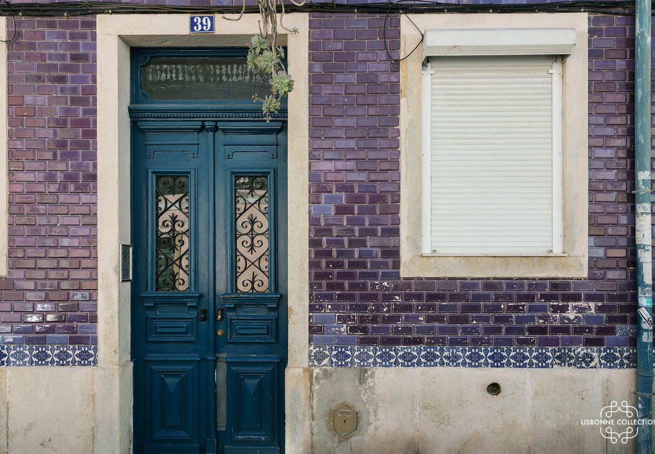 Façade de l'immeuble en centre ville de Lisbonne où se trouve l'appartement. Porte typiquement portugaise