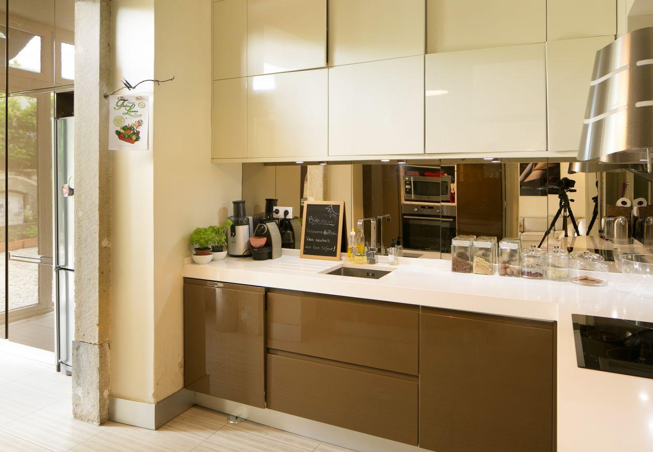 cuisine imposante ouvrant sur le salon salle à manger et le patio extérieur