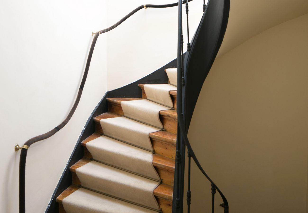 cage escalier entre le rez de chaussé et le premier étage de la maison