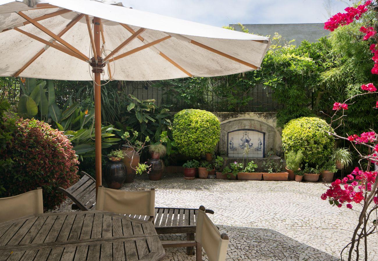 jardin typique et chaleureux en plein centre ville avec fontaine ancienne et jardin