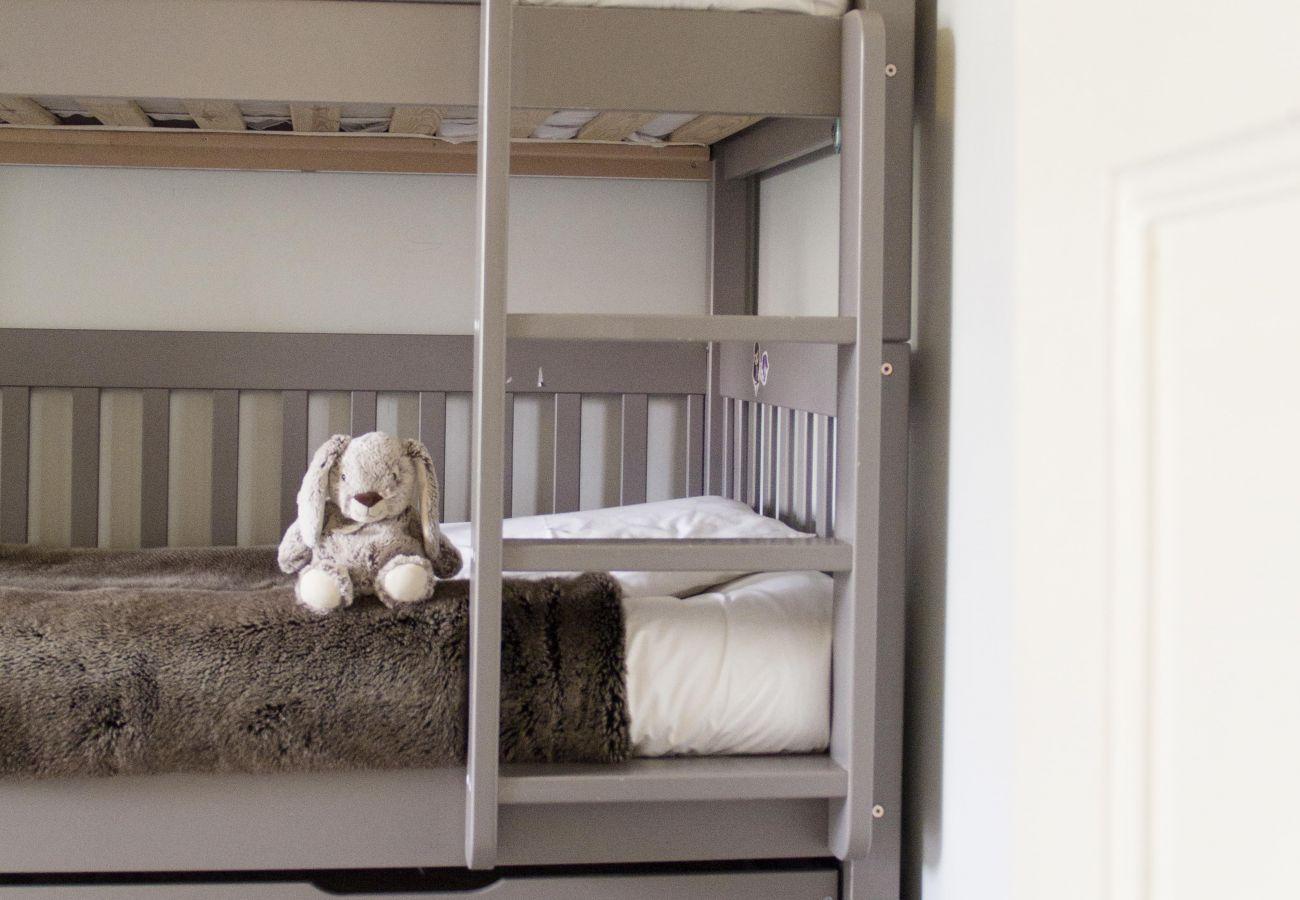 Espace pour enfant avec lit superposés aux tons doux
