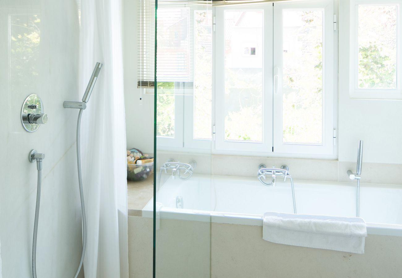 salle de bain lumineuse et épuré avec baignoire et douche