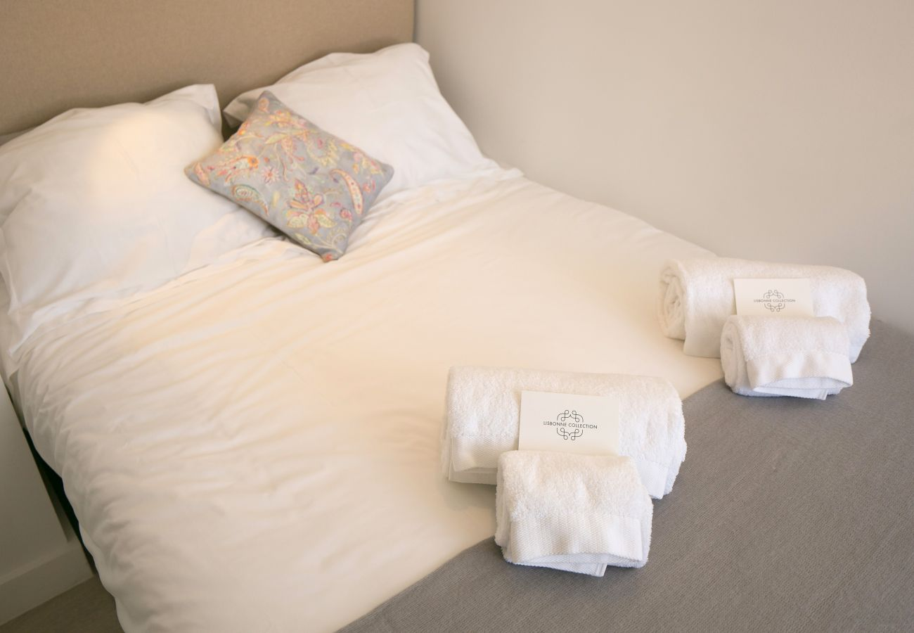 Lit double avec serviettes pliées sur le lit dans le centre historique  de Lisbonne