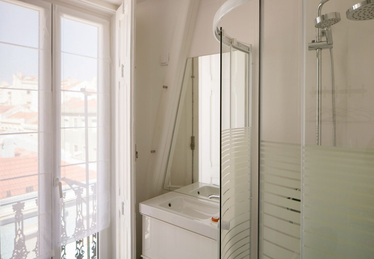 Salle de bain avec accès extérieur et douche avec vue