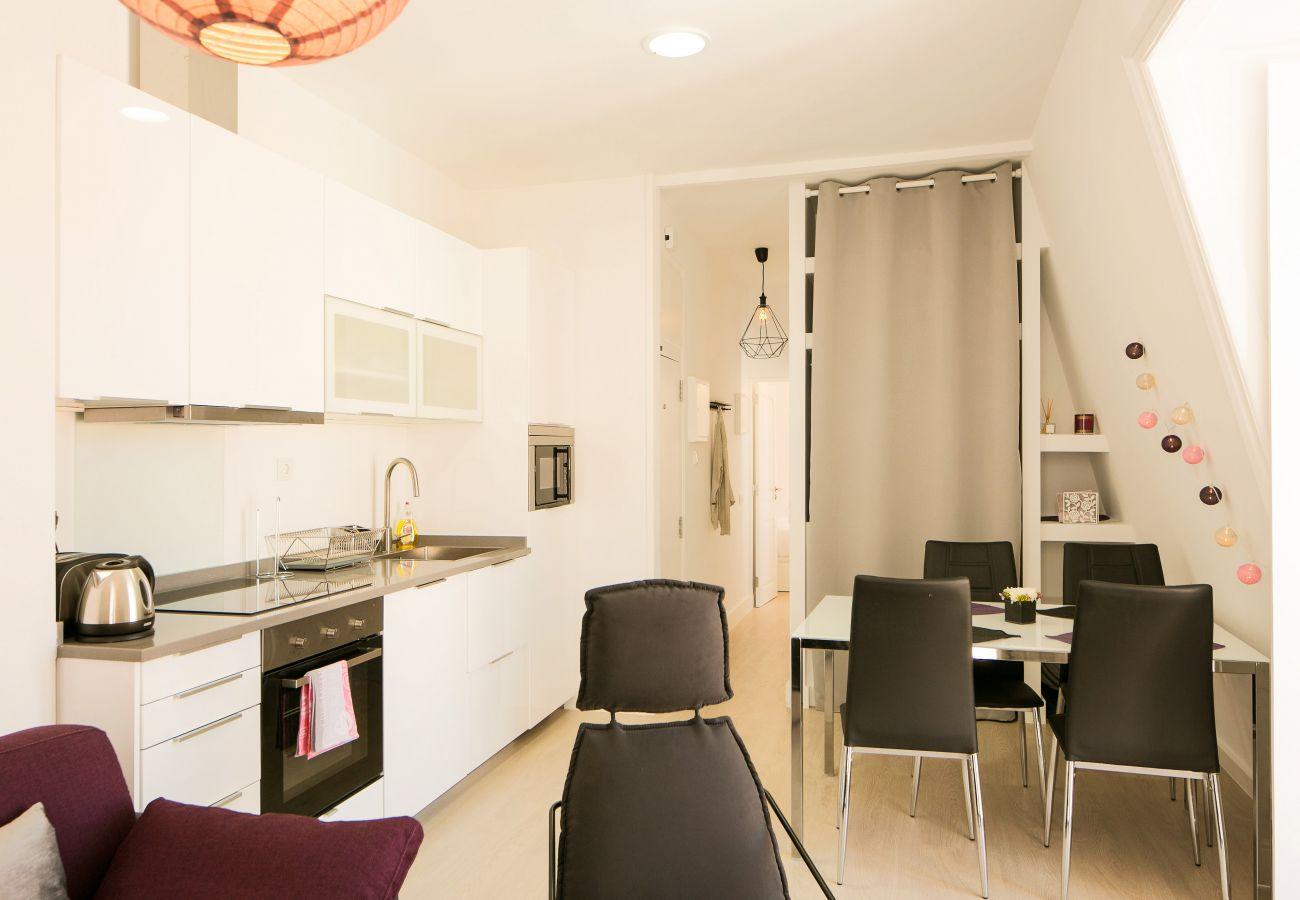 Table cuisine plaque de cuisson spacieuse à la décoration contemporaine