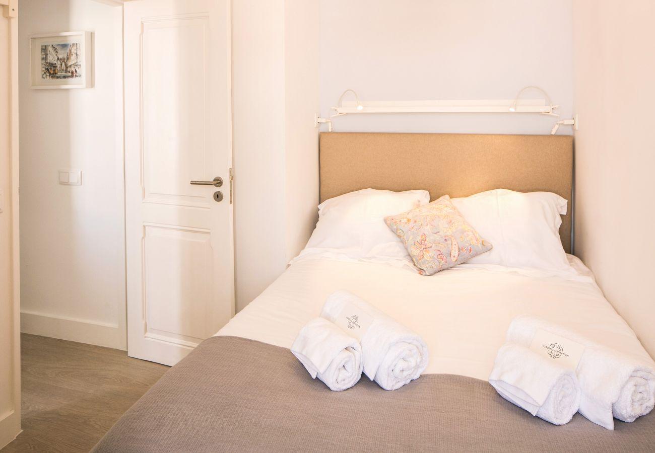 Chambre pour deux personnes avec un lit double aux tons sobres