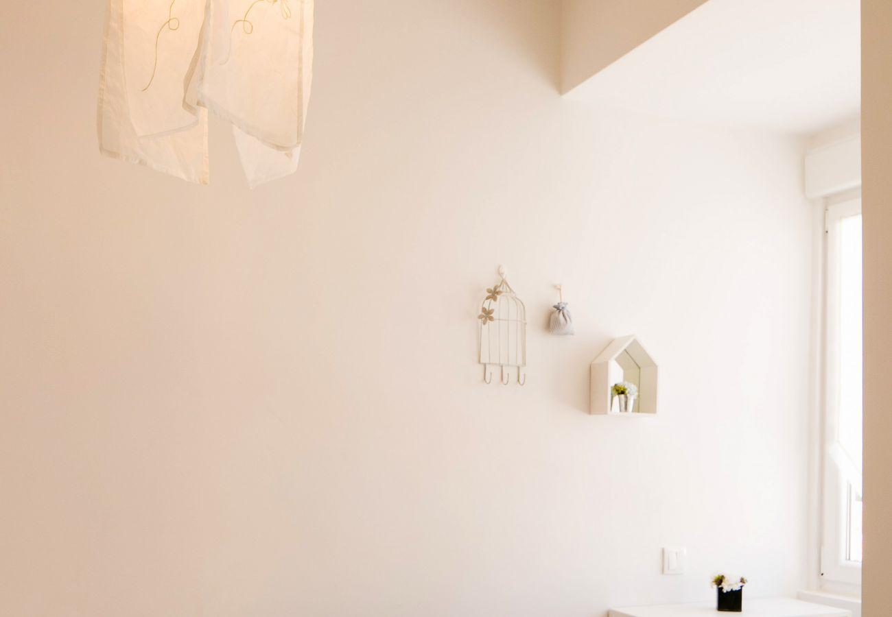 Décoration sur des murs blancs prestigieux dans un appartement prestigieux