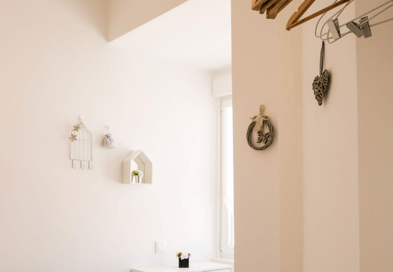 Décoration contemporaine dans appartement de location avec accès extérieur